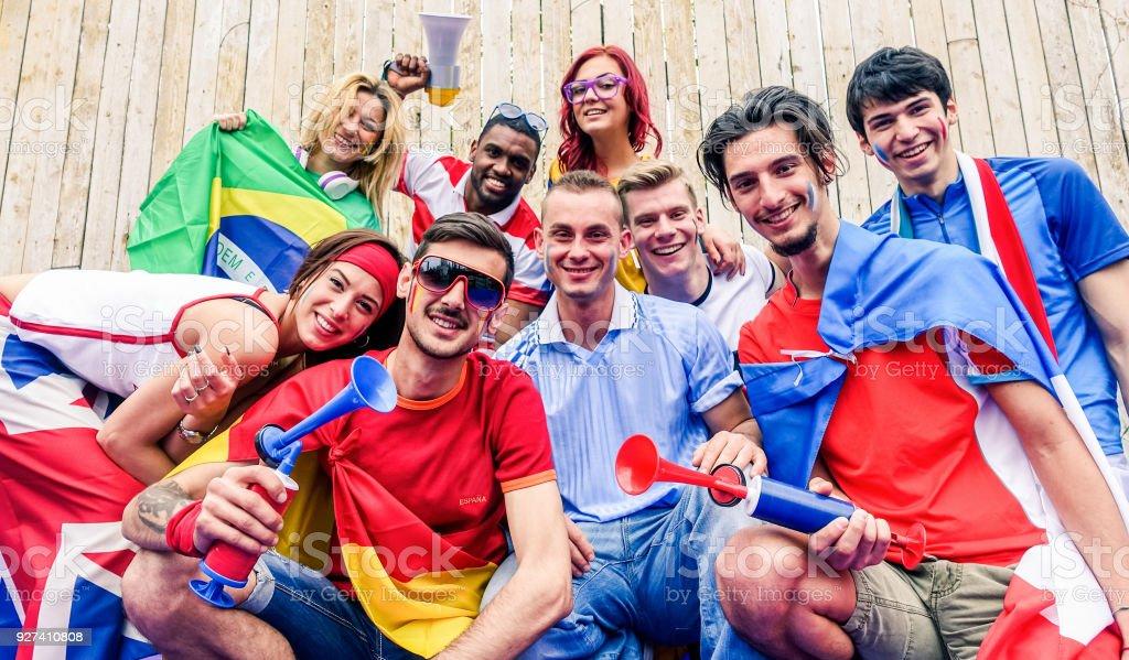 Happy Sport Fans Spaß während der Fußball-Welt-Spiel - junge Fans im Stadion vor dem Fußballspiel mit Luft-Horn, Schwerpunkt Fahnen und Megaphon - Freundschaft und Jugend-Konzept - spanischer Mann unten – Foto