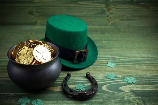 Happy St Patricks Day leprechaun Hut mit Goldmünzen und Glücksbringer auf Vintage-Stil grünes Holz – Foto