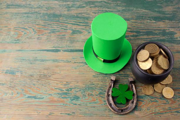 happy st patricks day kobold hut mit goldmünzen und glücksbringer auf vintage-stil grün holz hintergrund. ansicht von oben - st. patrick's day stock-fotos und bilder