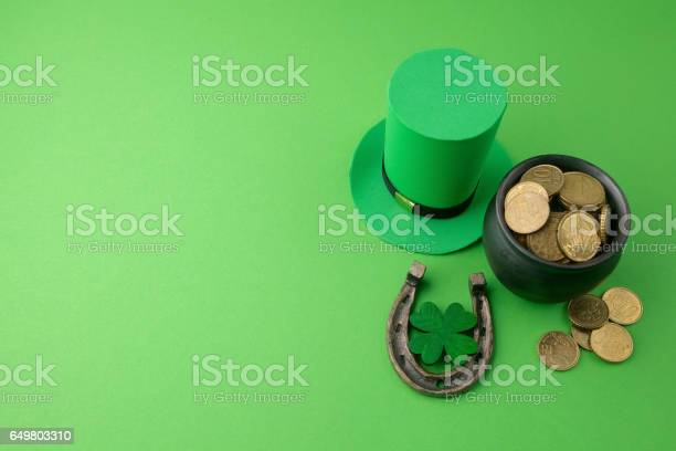 Happy st patricks day leprechaun hat with gold coins and lucky charms picture id649803310?b=1&k=6&m=649803310&s=612x612&h=guwra5luacoki  xvpbjaxg2yu  dccypgjcjhsi3b8=