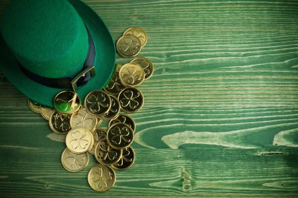 vintage yeşil ahşap arka planda altın sikke ile mutlu st patricks gün leprikon şapka - aziz patrik günü stok fotoğraflar ve resimler