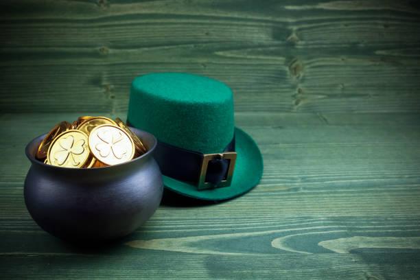 Happy St Patricks Day leprechaun Hut mit Goldmünzen auf Vintage-Stil grünes Holz – Foto