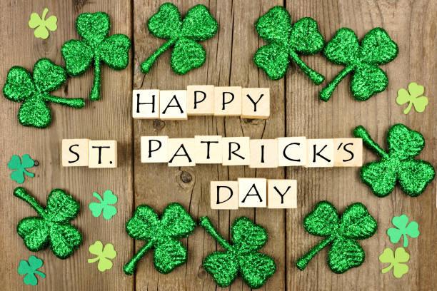 glücklich st. patricks day holzblöcke mit kleeblätter auf rustikalen holz - st. patrick's day stock-fotos und bilder
