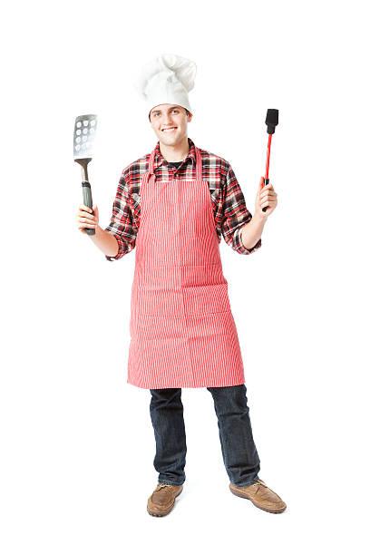 glücklich stehen grill-koch kochen posieren auf weißem hintergrund - grillschürze stock-fotos und bilder