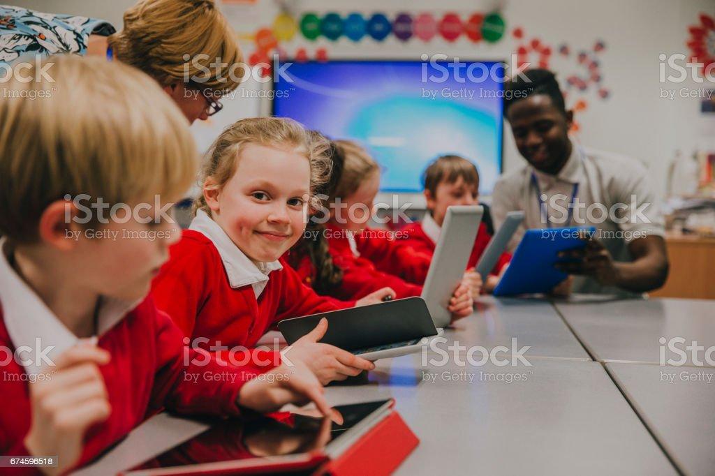 Étudiant heureux dans leçon de technologie - Photo