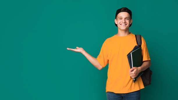 손바닥에 뭔가 들고도 서와 함께 행복 한 학생 - 사람 모형 제작물 뉴스 사진 이미지
