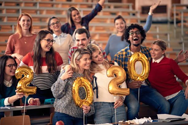 glückliche Studenten feiern 2020 neues Jahr toghether in der Universität – Foto