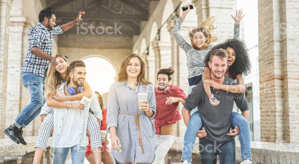Des élèves heureux s'amuser dans le vieux centre-ville - jeunes à la rupture de l'Université bénéficiant de temps ensemble - jeunesse et état d'esprit positif avec la notion d'amis - se concentrent sur femme de centre tenant la tasse de papier café - Photo