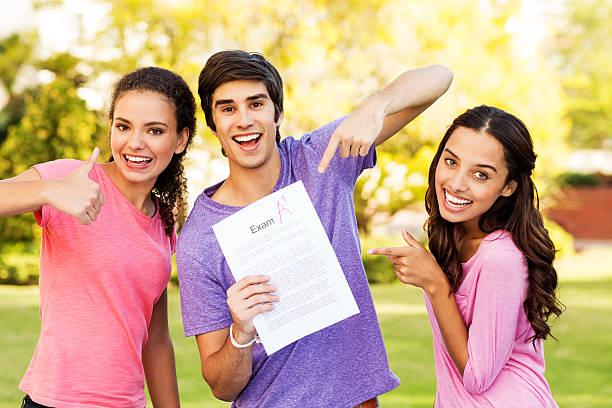 estudantes felizes, mostrando resultado com um grau no campus - happy test results - fotografias e filmes do acervo