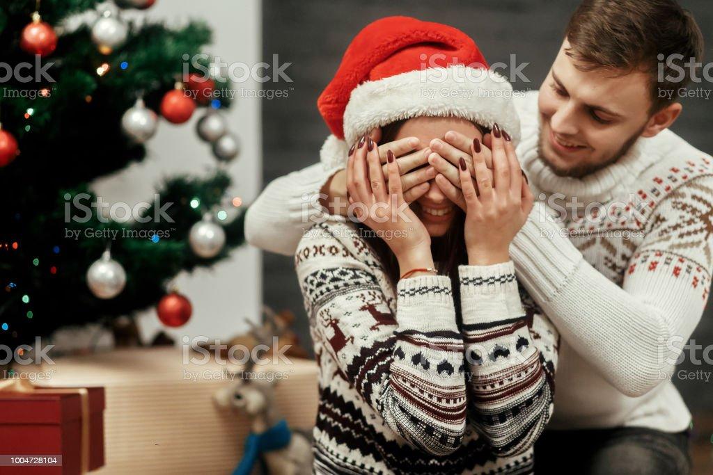 Stilvolle Familie Brautpaar Einander Mit Weihnachtsgeschenke Zu ...