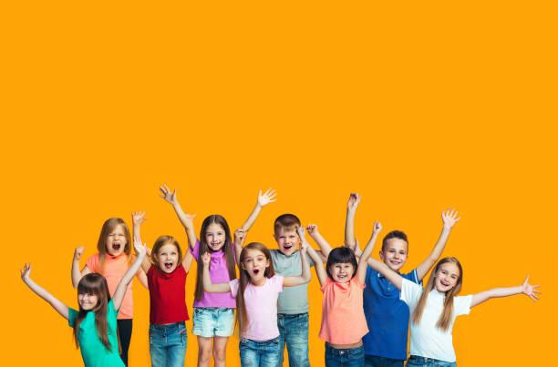 快樂的成功 teensl 慶祝成為贏家。快樂兒童的動態能量圖像 - 兒童 個照片及圖片檔