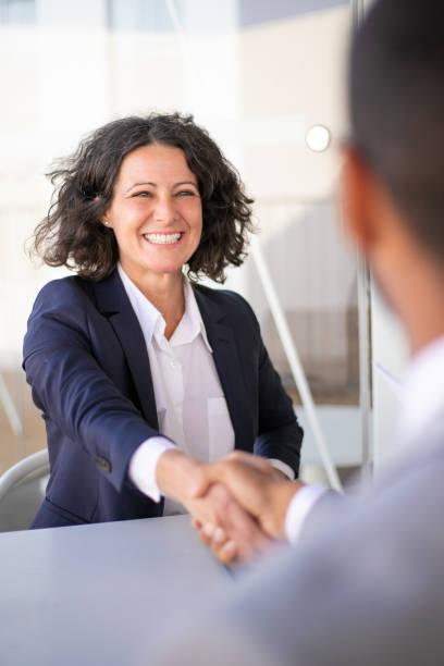 Glückliche erfolgreiche Geschäftskollegen treffen sich draußen – Foto