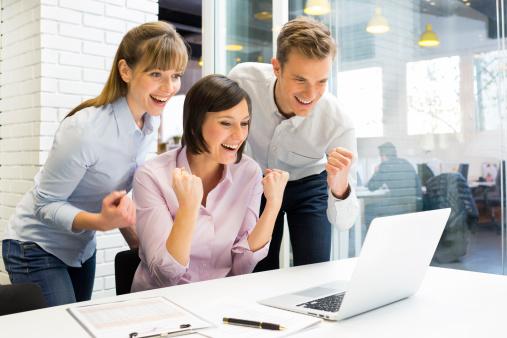 Glückliches Erfolgreiches Businessteam Im Büro Mit Armen Up Stockfoto und mehr Bilder von Anwerbung