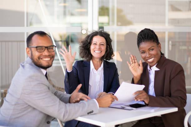 Glückliches erfolgreiches Business-Team posiert am Tisch – Foto