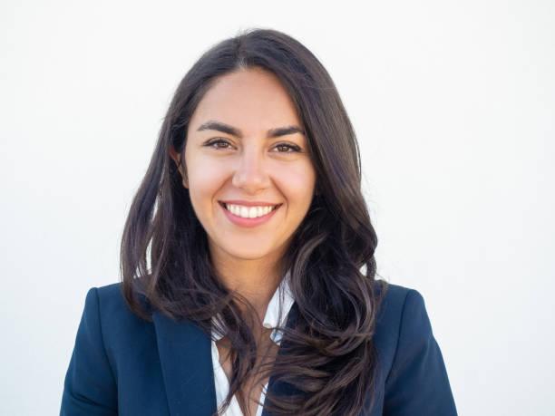Glückliche erfolgreiche Geschäftsfrau lächelnd vor der Kamera – Foto