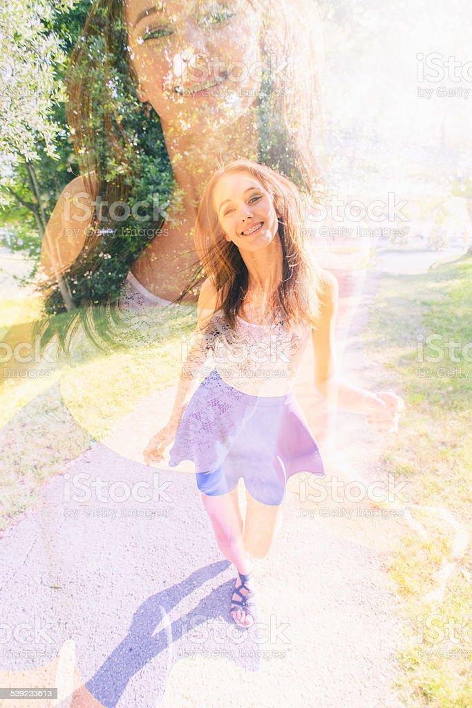 Adolescente feliz ao ar livre no verão foto royalty-free