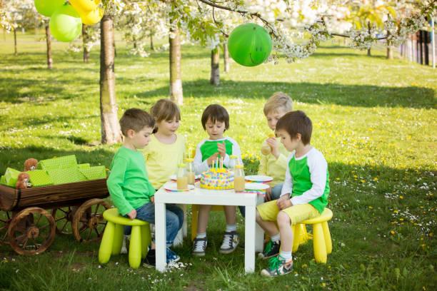 glücklich süße kinder im vorschulalter, feiert fünften geburtstag des netten jungen - vorschulgeburtstag stock-fotos und bilder
