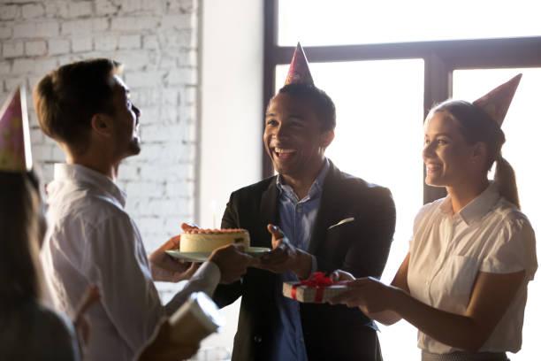 glückliche teamkollegen gratulieren glücklichen geburtstag an kollegen - geburtstagsgeschenke für beste freundin stock-fotos und bilder