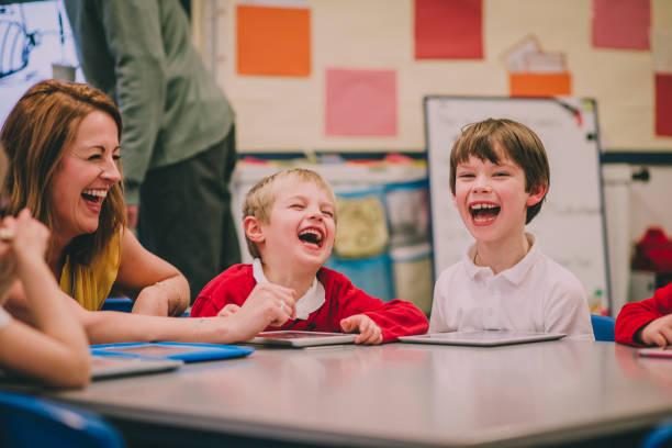 glücklich technologie unterricht - lautbildungsspiele stock-fotos und bilder