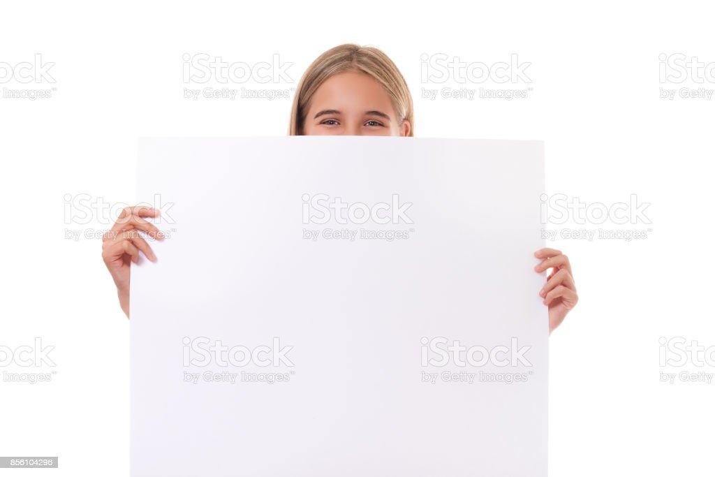 Menina adolescente feliz atrás de tabuleiro vazio, isolado - foto de acervo