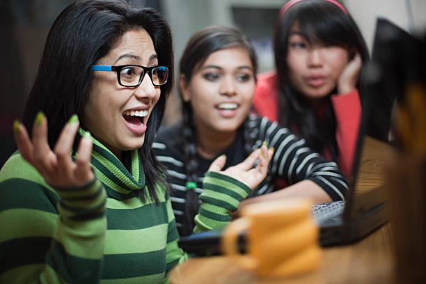 felizes meninas adolescentes asiática de diferentes etnia usando laptop juntos. - happy test results - fotografias e filmes do acervo