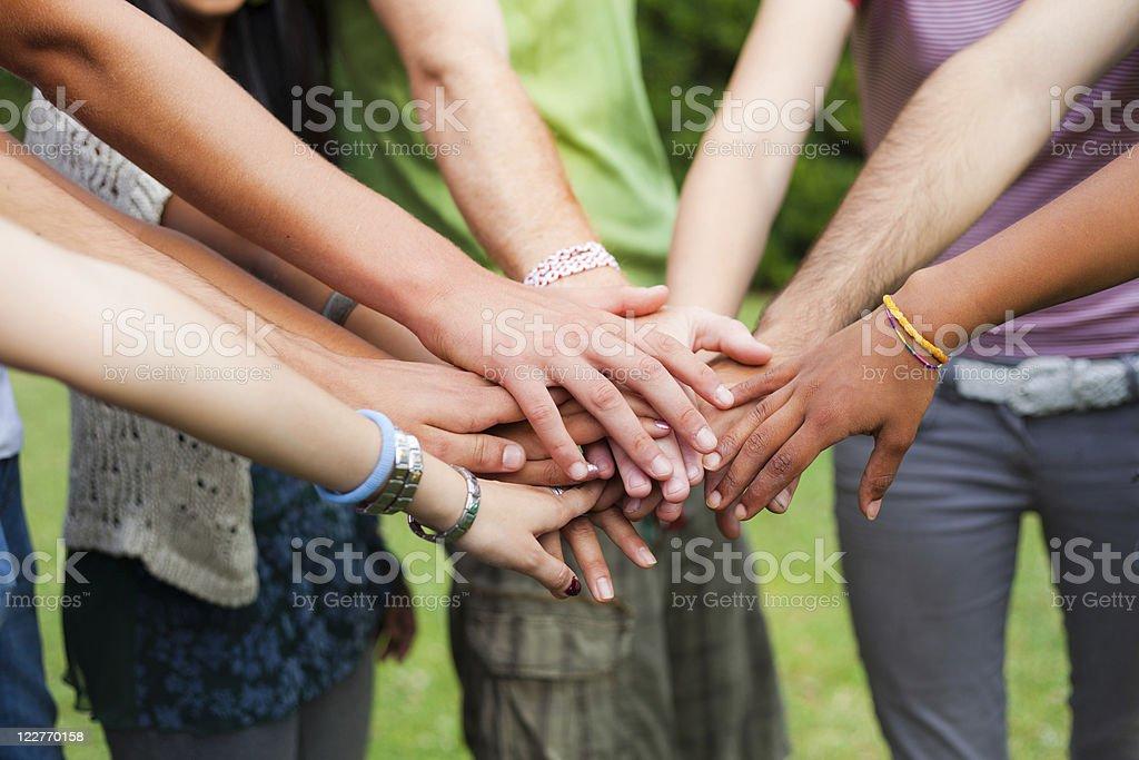 Glückliche junge Gruppe mit Händen auf Stapel - Lizenzfrei 18-19 Jahre Stock-Foto