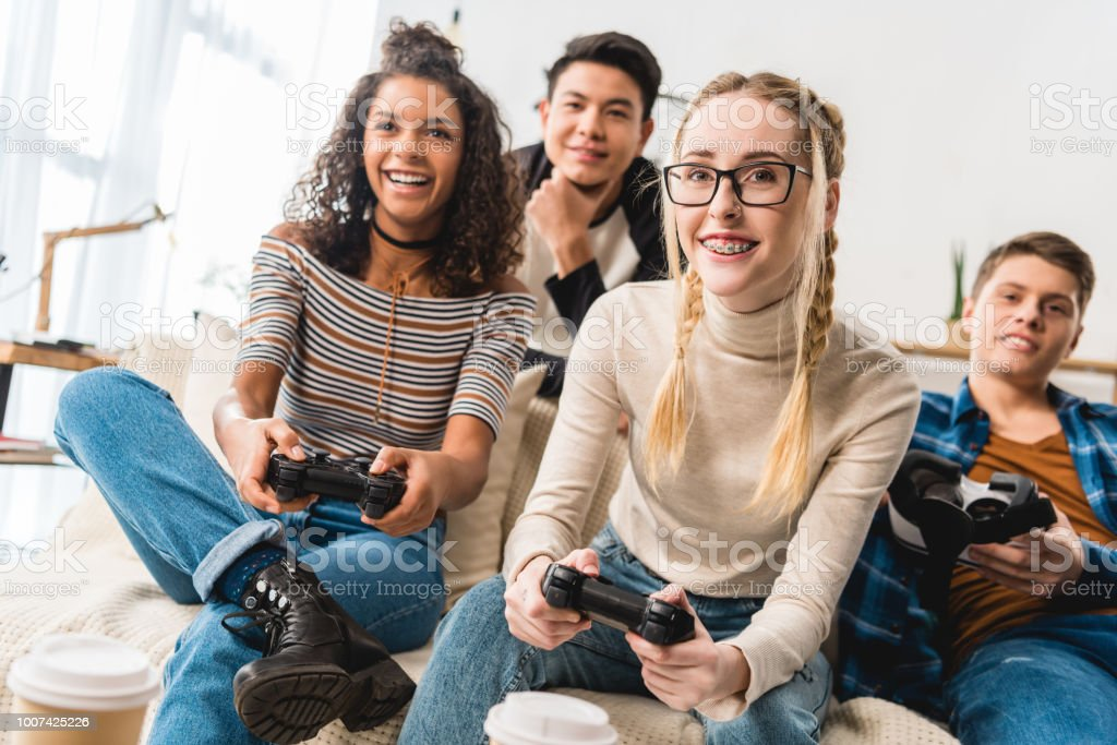 glückliche Mädchen im Teenageralter multiethnischen Videospiel – Foto
