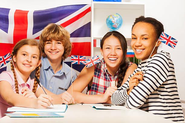 Feliz adolescente estudiantes en los cursos de idiomas - foto de stock
