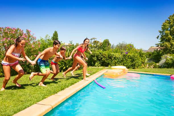 Happy Teens zusammen laufen, Schwimmbad – Foto