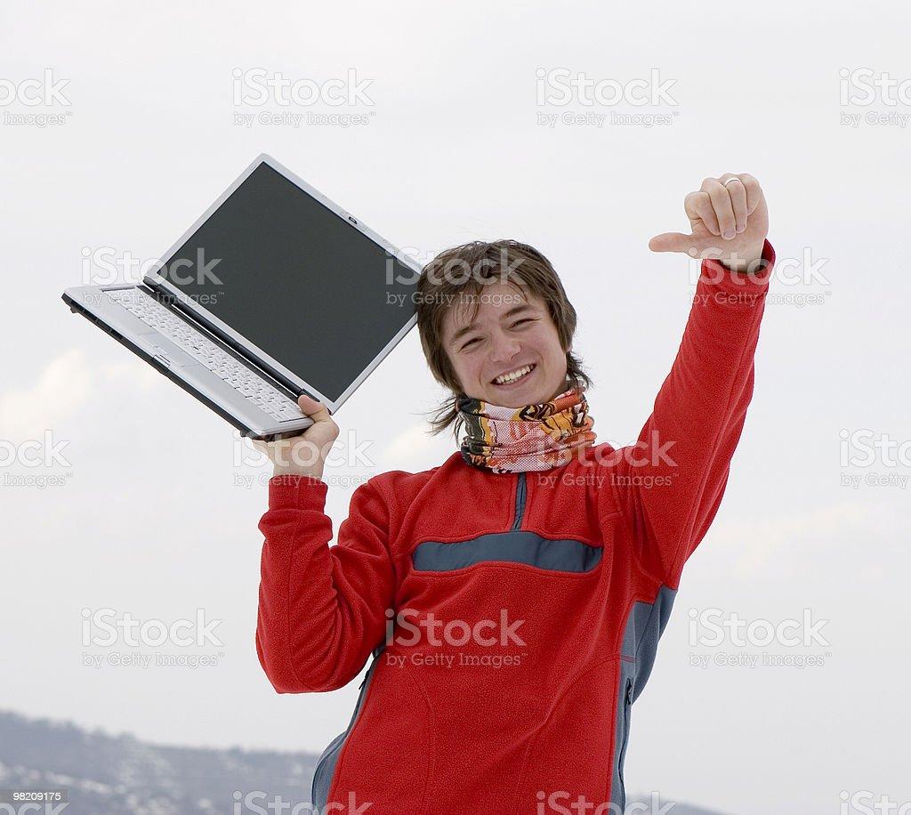 Felici giovani studenti con computer portatile in mano foto stock royalty-free