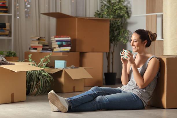 Fröhlicher Mieter ruht Kaffee nach Hause – Foto