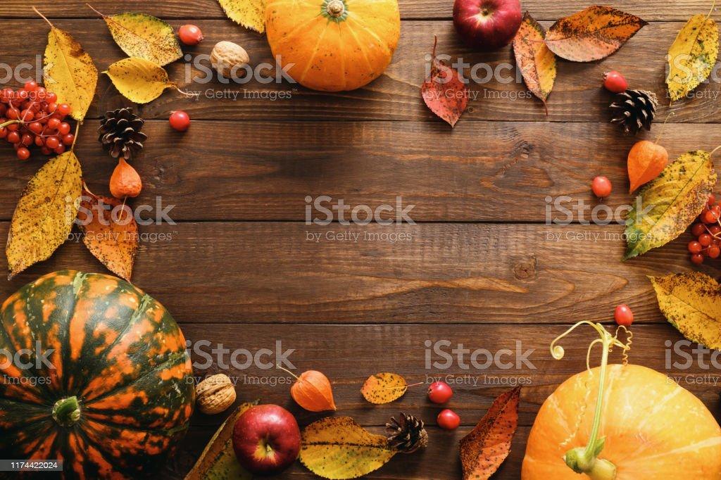 Mutlu Şükran günü konsepti. Olgun turuncu kabaklar ile Sonbahar kompozisyon, düşmüş yaprakları, rustik ahşap masa üzerinde kuru çiçekler. Düz döşeme, üst görünüm, kopyalama alanı. - Royalty-free Ahşap Stok görsel