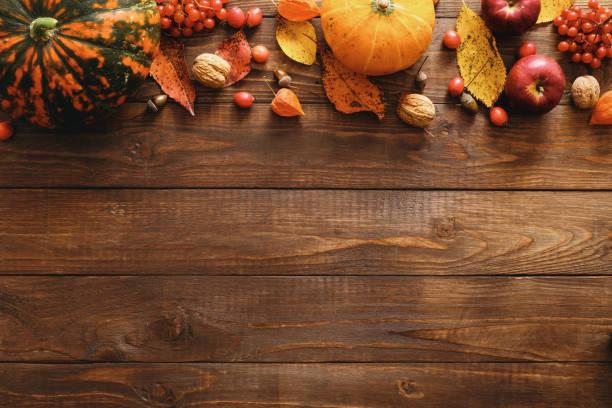 happy dziękczynienia koncepcji. jesienna kompozycja z dojrzałymi pomarańczowymi dyniami, opadłymi liśćmi, suchymi kwiatami na rustykalnym drewnianym stole. płaski lay, widok z góry, skopiuj miejsce. - zbierać plony zdjęcia i obrazy z banku zdjęć