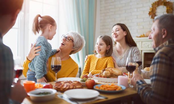 buon giorno del ringraziamento - family foto e immagini stock