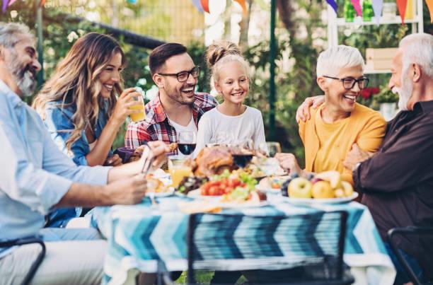 Happy Thanksgiving Abendessen im Garten – Foto