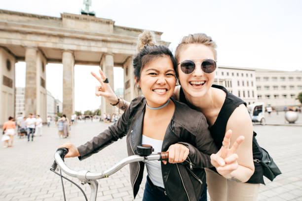 glückliche zeit in berlin - emoticon hug stock-fotos und bilder