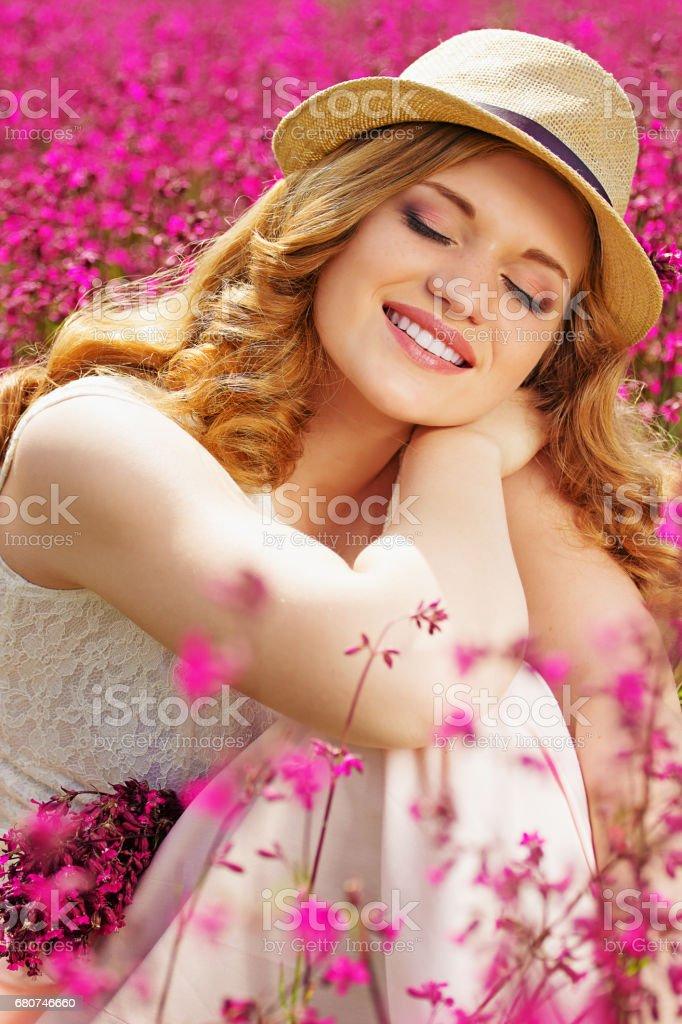 Feliz Momento Retrato De Atractiva Joven Pelirroja Vestida
