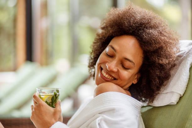 momenti felici al centro benessere - accappatoio foto e immagini stock