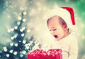 クリスマスプレゼントボックスを見て幸せな幼児の女の子