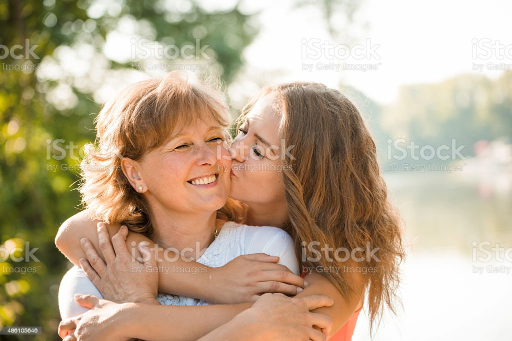 Heureux ensemble-Mère et sa petite fille jouant en plein air - Photo