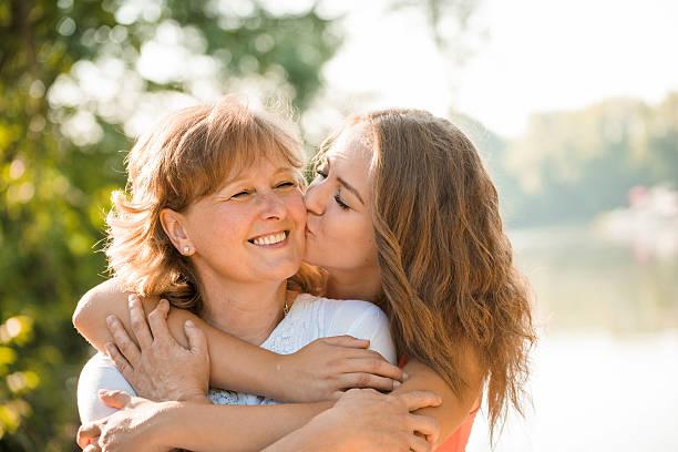 Glücklich zusammen-Mutter mit Teenager-Tochter-im Freien – Foto