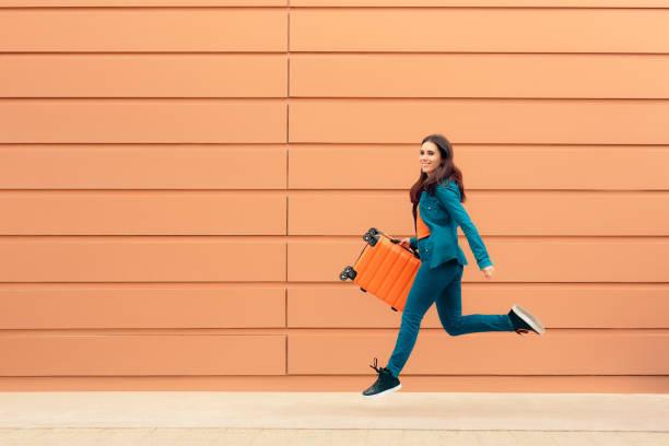 happy tourist fille avec valise excité pour voyager - valise humour photos et images de collection