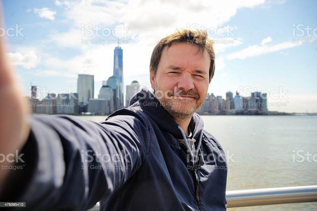 Feliz turista tomando un autorretrato en la ciudad de Nueva York - foto de stock