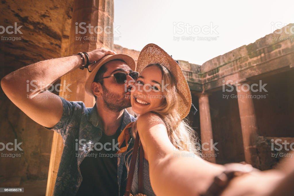 快樂的遊客夫婦採取自拍在希臘的夏季假期 - 免版稅20多歲圖庫照片