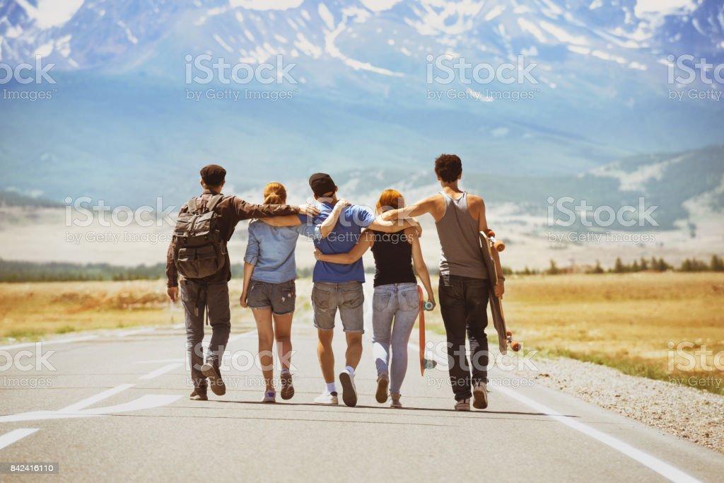 Concepto de camino feliz viaje amigos - foto de stock