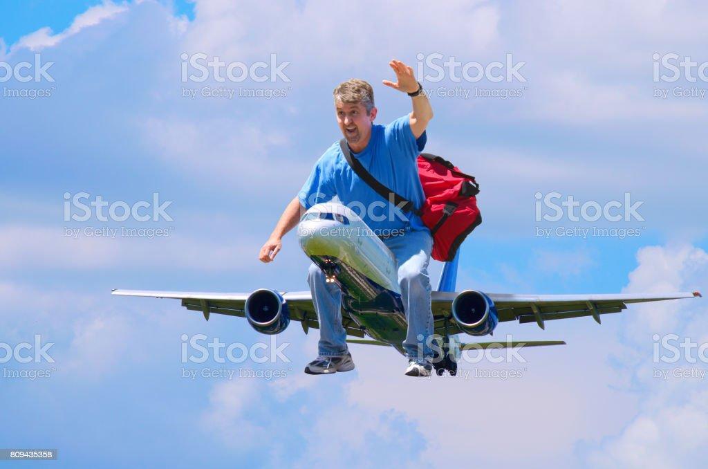 Homme géant de voyageur heureux monté à l'extérieur de l'avion - Photo
