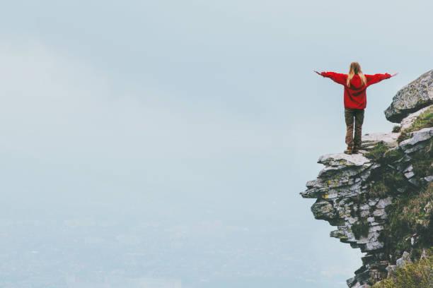 Glücklich Reisenden stehen auf Klippe Gebirge Hände angehoben Reisen Lifestyle Erfolg Motivation Konzept Abenteuer Aktivurlaub im freien neblige Wolken auf Hintergrund – Foto