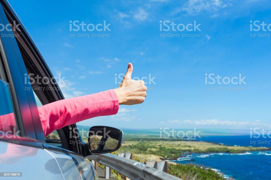 Voyageur heureux avec le pouce vers le haut - Photo