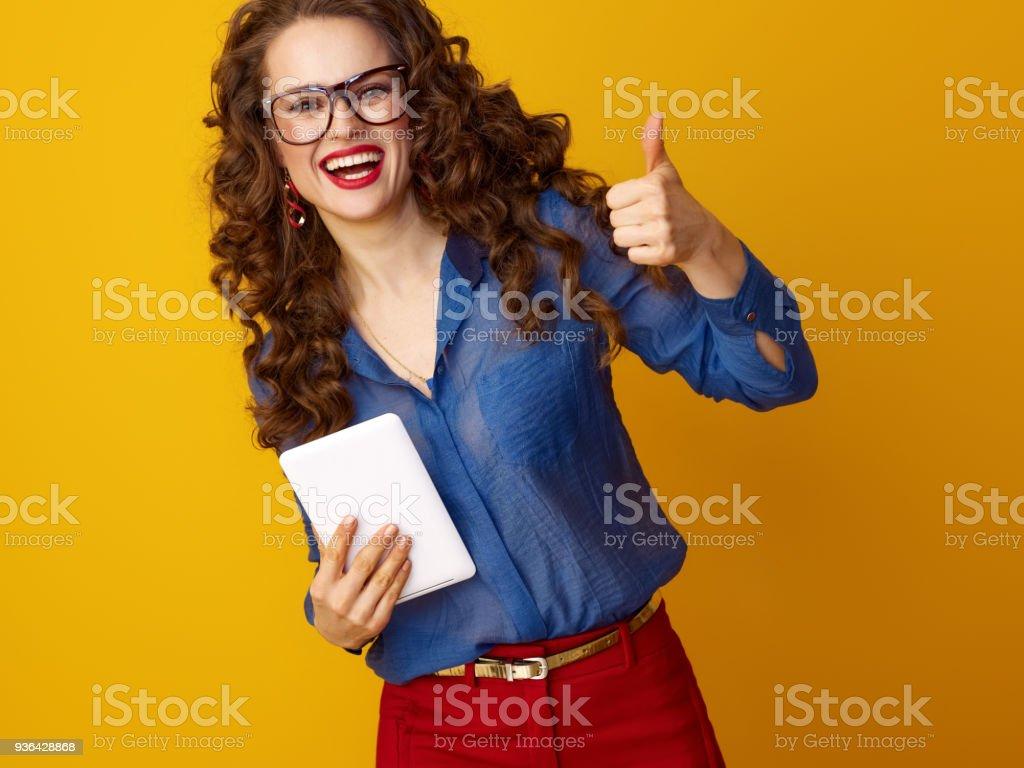 glückliche trendige Frau mit tablet-PC zeigt Daumen nach oben – Foto