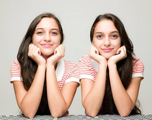 glücklich twin sisters - zwillinge stock-fotos und bilder